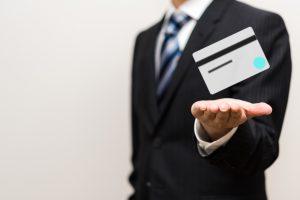 クレジットカードをおすすめする男性
