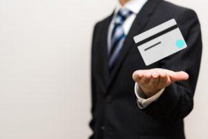 クレジットカードを利用する男性