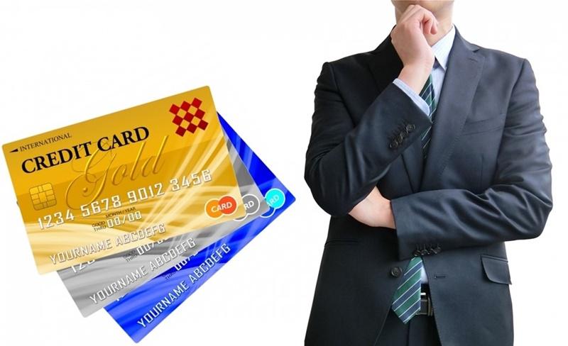 CreditCardで悩む男性