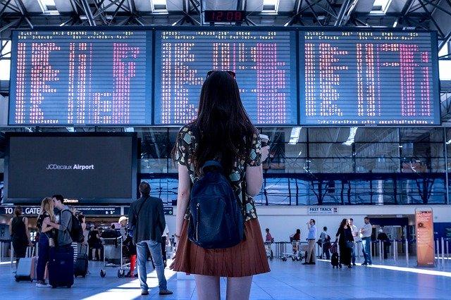 空港でたたずむ女性