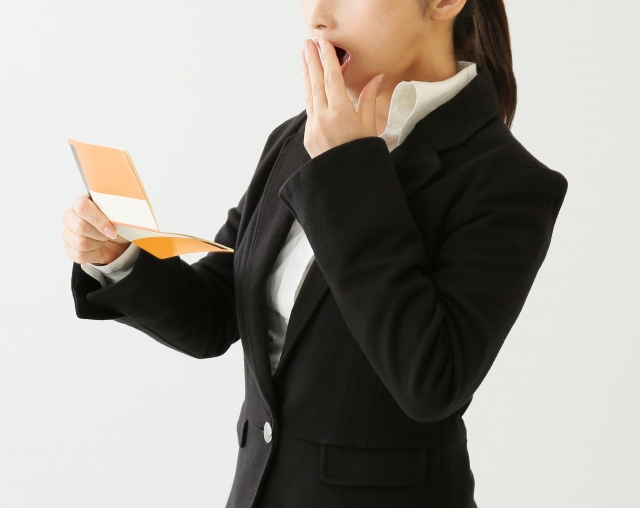 通帳を持つ女性