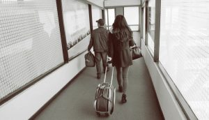 空港で歩く男女
