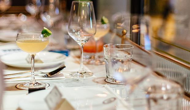 ワイングラスとグラス