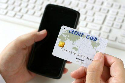 クレジットカードの保険について問い合わせるイメージ