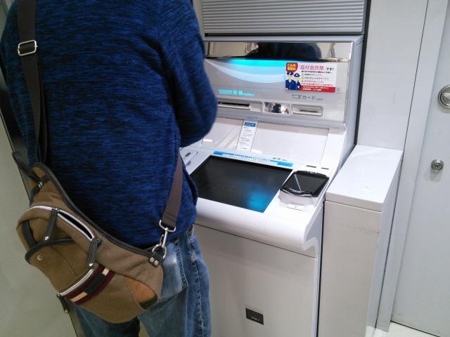 ATMの男性