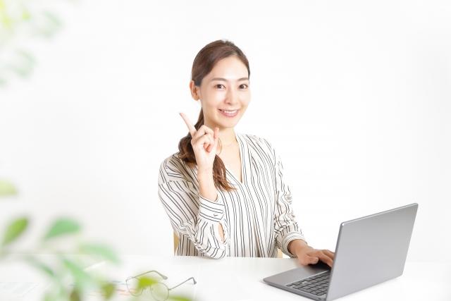 パソコンを使う女性 イメージ