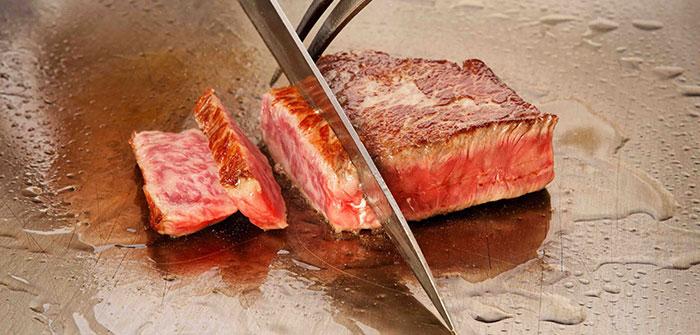 ステーキを切る